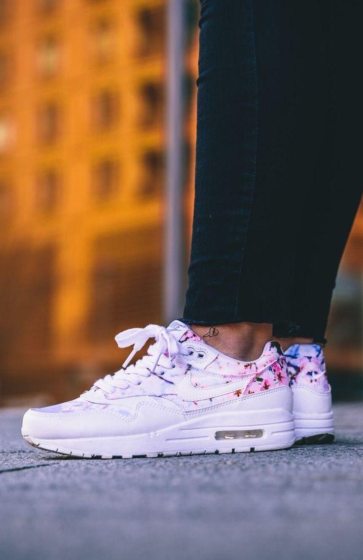 Sneakers Women's Fashion : Nike Air Max 1 'Sukura