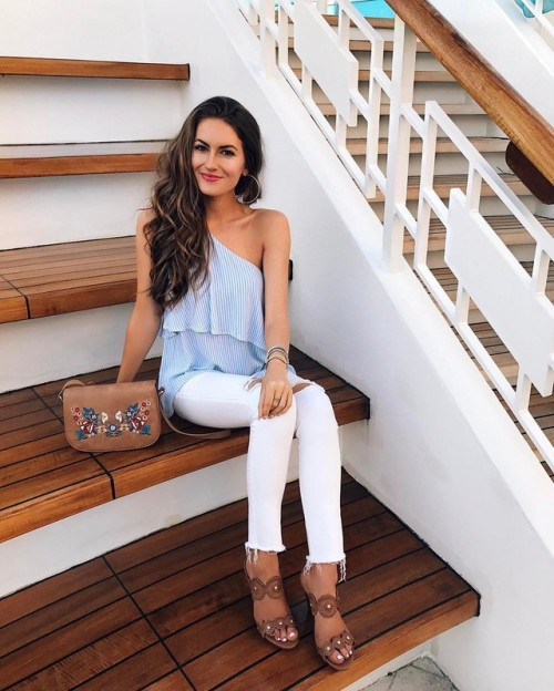 Street Style : Caitlin knows that blue pinstripes go a treat with white jeans,…