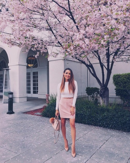 Street Style : Jessica Rickswears a gorgeous pink suede pencil skirt with a…